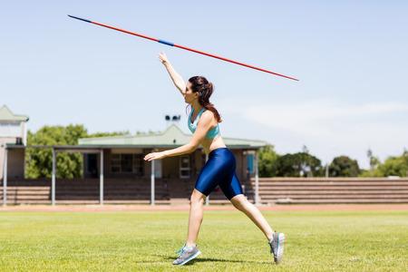 lanzamiento de jabalina: Atleta femenina lanzando una jabalina
