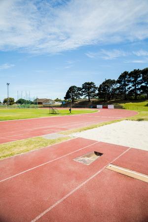 salto largo: Longitud de arena hoyo salto en pista de atletismo en el estadio