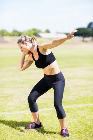 lanzamiento de bala: Atleta femenina que se prepara para lanzar bola de tiro puesto en estadio