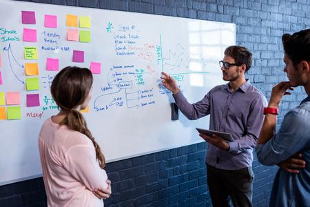 Medewerkers interactie voorkant van een bord in het kantoor Stockfoto