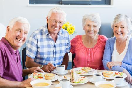 Senioren lunchen samen in een bejaardentehuis Stockfoto
