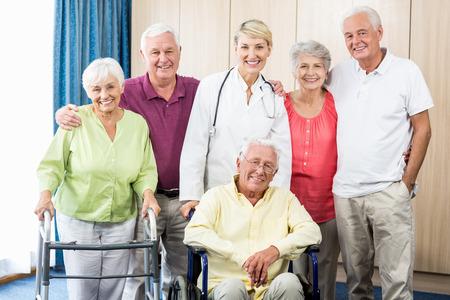Verpleegkundige en senioren die zich in een rusthuis Stockfoto - 58320610