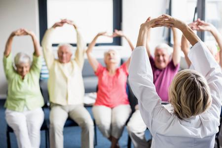Les aînés à faire des exercices dans une maison de retraite Banque d'images
