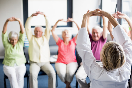 Senioren die oefeningen in een bejaardentehuis Stockfoto