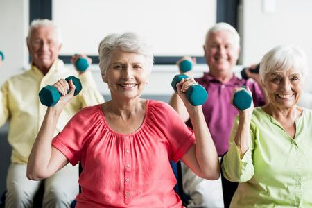 Senioren met behulp van gewichten in een rusthuis