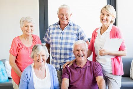 Verpleegkundige en senioren die zich in een rusthuis