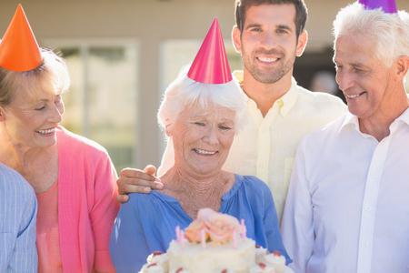Verpleegkundige en senioren vieren van een verjaardag buiten het rusthuis