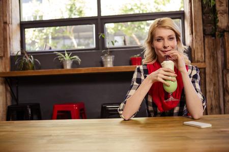 tomando refresco: Retrato de la hermosa mujer joven sentado a la mesa en la cafetería potable coctail Foto de archivo