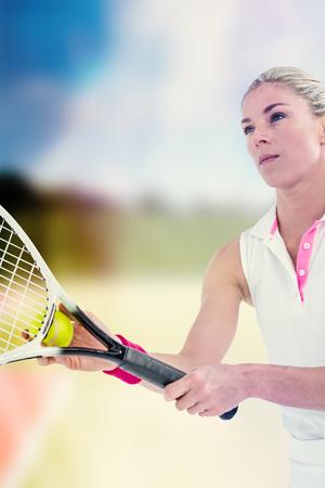 jugando tenis: atleta concentrado jugar al tenis en un tribunal Foto de archivo