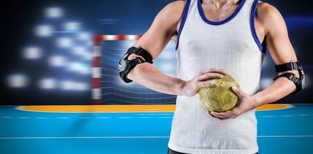 terrain de handball: mi, section de l'athl�te homme tenant la balle contre le terrain � l'int�rieur de handball Banque d'images