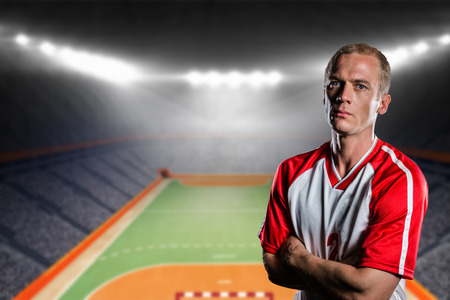 terrain de handball: Portrait de joueur de volley-ball avec les bras crois�s contre terrain int�rieur de handball