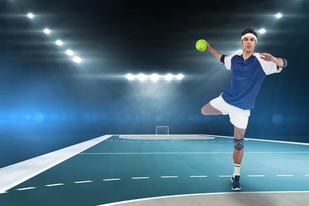 terrain de handball: Portrait de chasseur lancer une balle contre terrain intérieur de handball