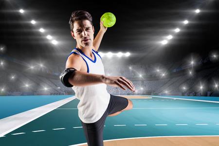 terrain de handball: Portrait de l'athlète homme lancer une balle contre terrain intérieur de handball