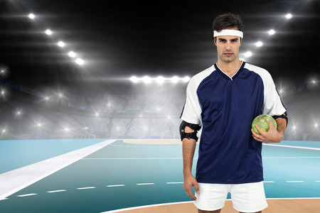 terrain de handball: Sportsman debout avec le ballon sur fond blanc sur le terrain � l'int�rieur de handball Banque d'images