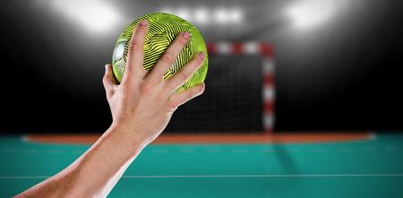 terrain de handball: Sportsman tenant un ballon contre terrain intérieur de handball