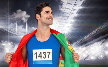 drapeau portugal: L'athlète avec le drapeau portugal enroulé autour de son corps contre le domaine sportif Banque d'images