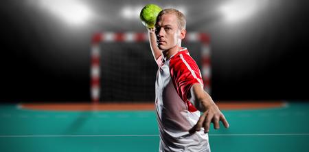 terrain de handball: Sportsman lancer une balle contre terrain int�rieur de handball