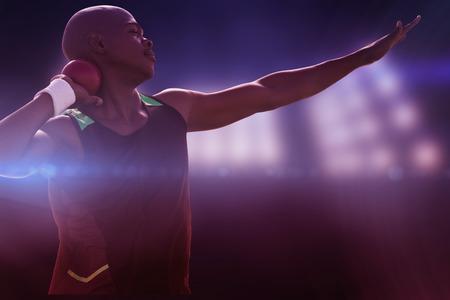 lanzamiento de bala: Vista de perfil de deportista practicando lanzamiento de peso en contra de imagen compuesta de punto de mira