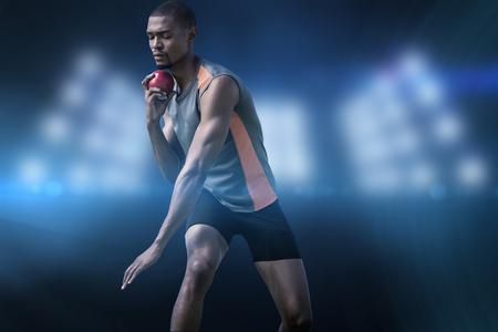 lanzamiento de bala: Hombre del atleta para concentrarse durante su lanzamiento de peso en contra de imagen compuesta de punto de mira Foto de archivo