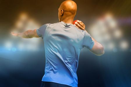 lanzamiento de bala: Vista trasera del deportista está practicando lanzamiento de peso en contra de imagen compuesta de punto de mira
