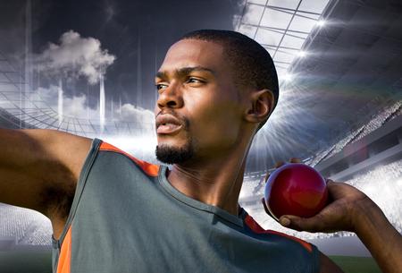 lanzamiento de bala: Retrato de deportista practicando lanzamiento de peso contra el campo de deportes