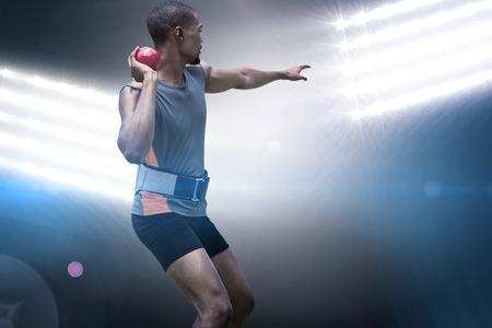 lanzamiento de bala: Vista trasera del deportista practicando lanzamiento de peso en contra de los proyectores