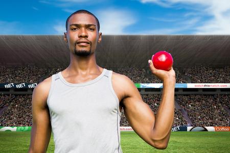 lanzamiento de bala: Retrato de deportista seus está sosteniendo un lanzamiento de peso en contra de la imagen digital de un estadio