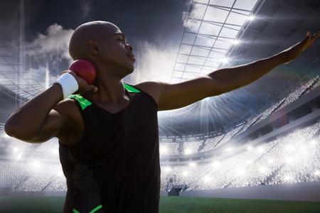 lanzamiento de bala: Vista de perfil de deportista practicando lanzamiento de peso contra el campo de deportes