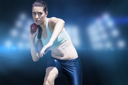 lanzamiento de bala: La deportista practicando el lanzamiento de peso en contra de imagen compuesta de punto de mira