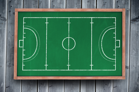 terrain de handball: Plan de terrain de handball sur un fond noir sur tableau noir, avec copie espace sur planche de bois Banque d'images
