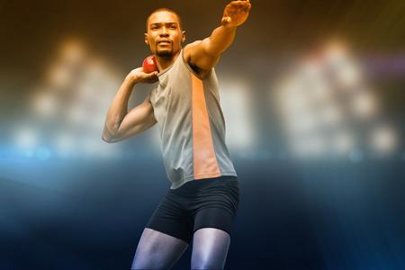 lanzamiento de bala: Vista frontal del deportista practicando lanzamiento de peso en contra de imagen compuesta de punto de mira