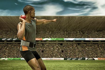 lanzamiento de bala: Vista trasera del deportista practicando lanzamiento de peso en contra de la imagen digital de un estadio