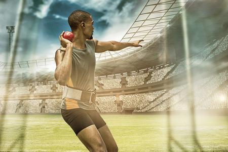 lanzamiento de bala: Vista trasera del deportista practicando lanzamiento de peso en contra de vista de un estadio Foto de archivo