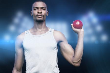 lanzamiento de bala: Retrato de deportista serio es la celebraci�n de un lanzamiento de peso en contra de imagen compuesta de punto de mira