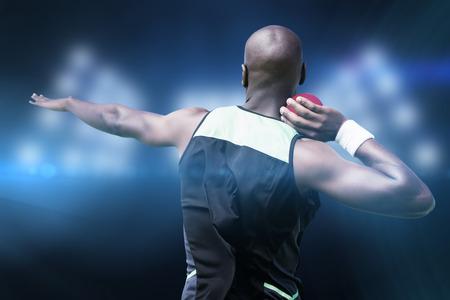 lanzamiento de bala: Vista trasera deportista practicando lanzamiento de peso en contra de imagen compuesta de punto de mira