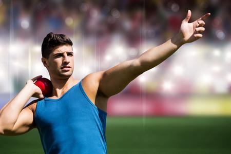 lanzamiento de bala: Vista frontal del deportista practicando lanzamiento de peso contra el campo de deportes