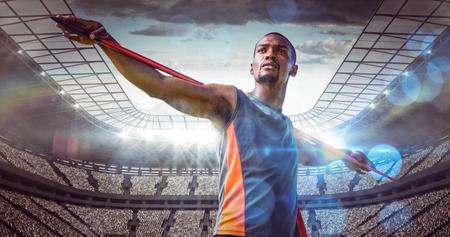 lanzamiento de jabalina: Deportista est� practicando el lanzamiento de jabalina contra el estadio