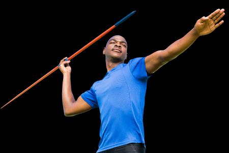 lanzamiento de jabalina: deportista se concentró la práctica de lanzamiento de jabalina contra el fondo negro