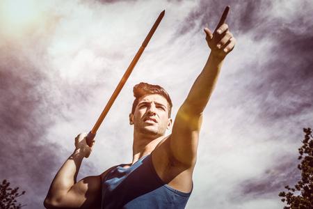lanzamiento de jabalina: Bajo el ángulo de jabalina deportista practicando tiro contra la opinión de los globos en el cielo