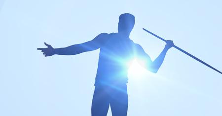 lanzamiento de jabalina: Vista trasera del deportista practicando tiro de jabalina contra el fondo azul
