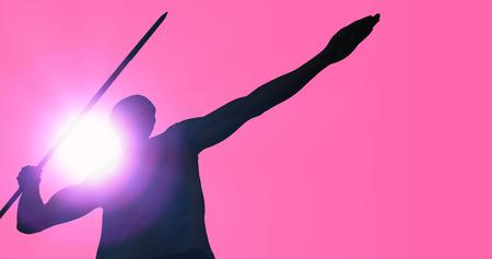 lanzamiento de jabalina: Bajo el �ngulo de jabalina deportista practicando tiro contra el fondo de color rosa