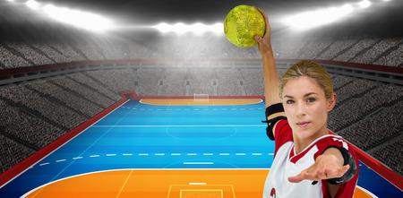 terrain de handball: Sportswoman lancer une balle contre l'image numérique de terrain intérieur de handball Banque d'images