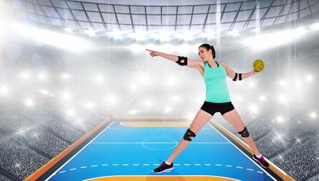 terrain de handball: Athl�te f�minine avec coudi�re lancer handball contre terrain int�rieur de handball