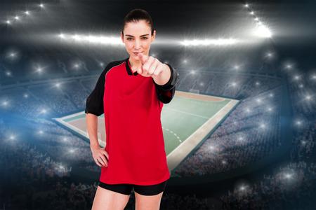 terrain de handball: Athlète féminine pointant la caméra sur le terrain à l'intérieur de handball Banque d'images