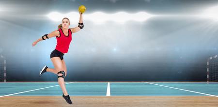 terrain de handball: Athlète féminine avec coudière lancer handball contre l'image numérique de terrain intérieur de handball