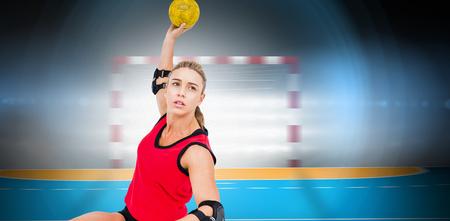 terrain de handball: Athl�te f�minine jetant handball contre terrain int�rieur de handball
