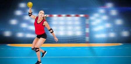 terrain de handball: Athlète féminine avec coudière lancer handball contre terrain intérieur de handball