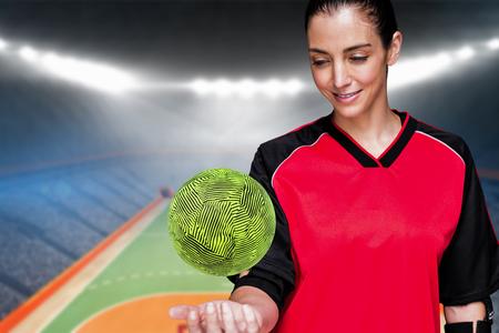 terrain de handball: Athlète féminine posant avec coudière contre terrain intérieur de handball