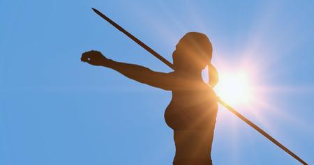 lanzamiento de jabalina: Retrato de deportista feliz est� practicando el lanzamiento de jabalina contra el fondo azul Foto de archivo