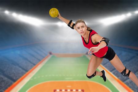 terrain de handball: Athlète féminine jetant handball contre terrain intérieur de handball